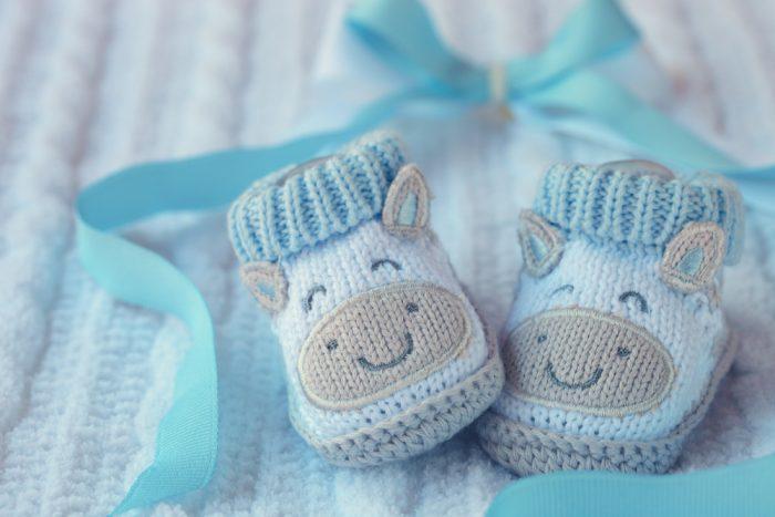 Вязаная детская обувь с голубой ленточкой