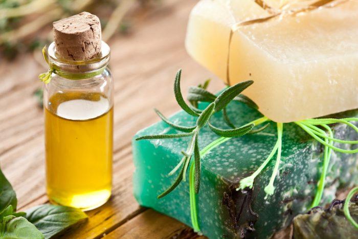 2 куска натурального мыла и флакон с маслом