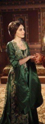 Актриса из сериала «Великолепный век» в зеленом платье