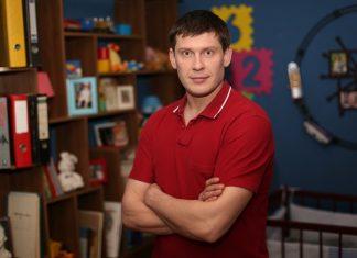 Алексеей Тритенко в красной футболке
