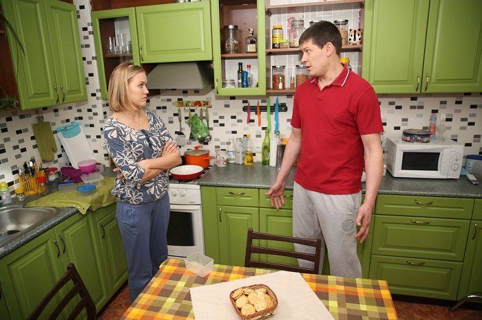 Алексеей Тритенко в красной футболке на кухне говорит с актрисой сериала