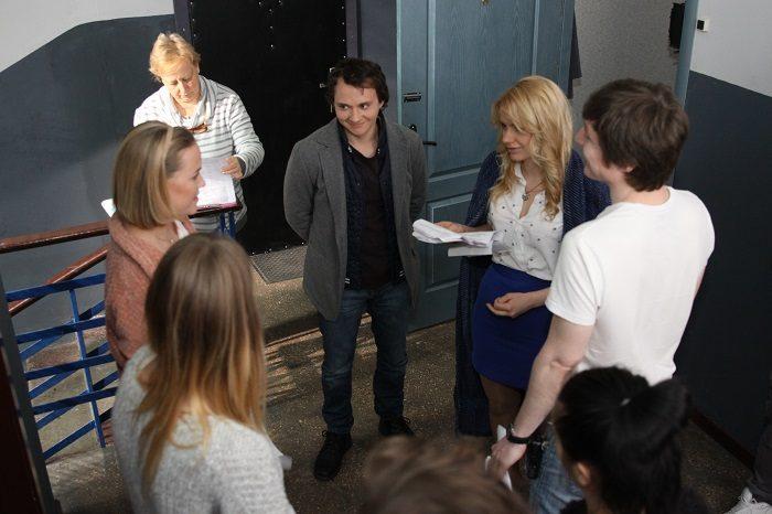 Алена Алымова разговаривает с актерами скетчкома Коли ми вдома