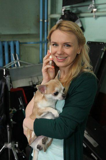 Звезда скетчкома Коли ми вдома Алена Алымова с телефоном и с собакой на руках
