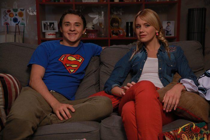 Алена Алымова, звезда скетчкома Коли ми вдома, на диване с парнем Пашей