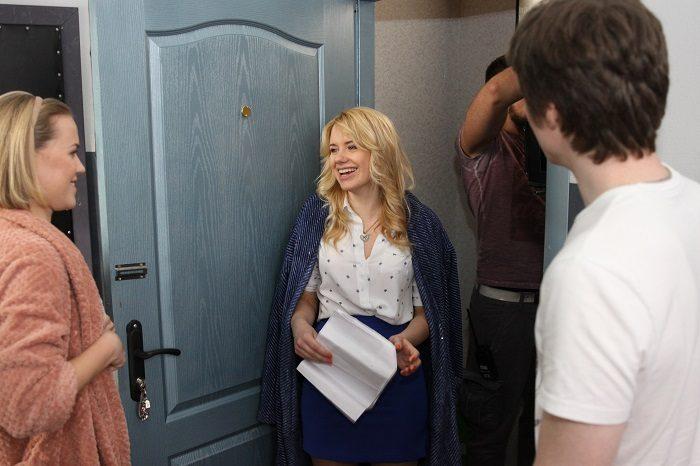 Звезда скетчкома Коли ми вдома Алена Алымова стоит у двери в синей юбке и белой блузке