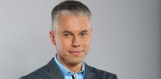 Андрей Доманский в голубой рубашке и в сером пиджаке