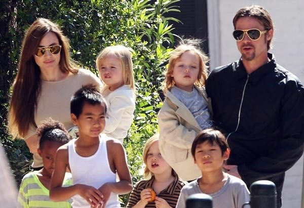 Анджелина Джоли и Брэд Питт с детьми