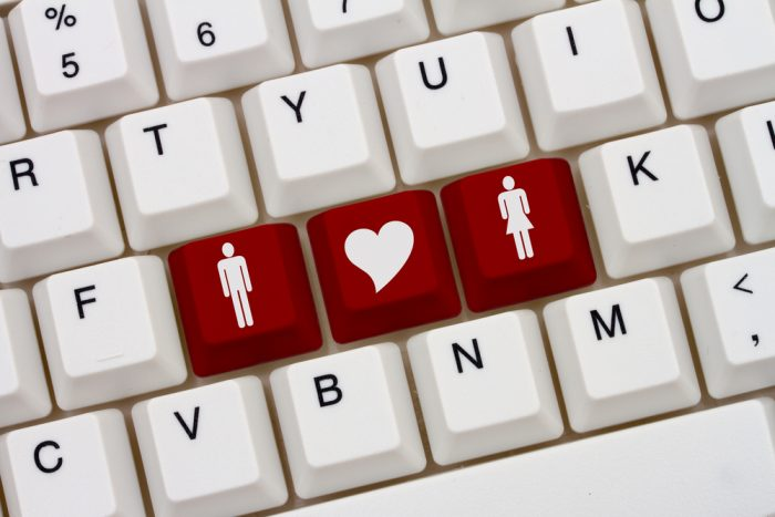 Белая клавиатура с трема красными клавишами