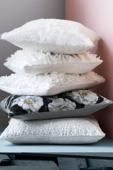 Белые подушки лежат друг на друге