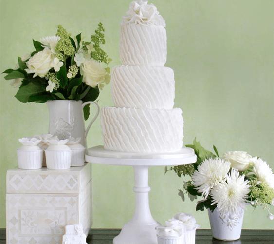 Белый свадебный торт с капкейками