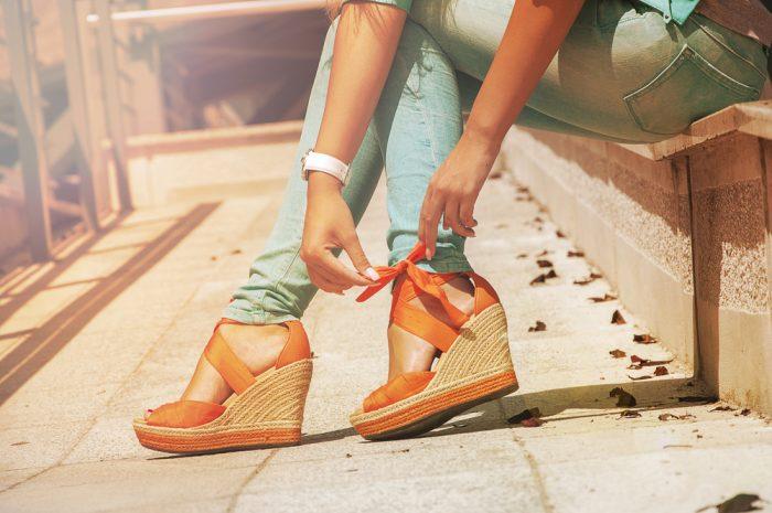 Оранжевые босоножки на женских ножках