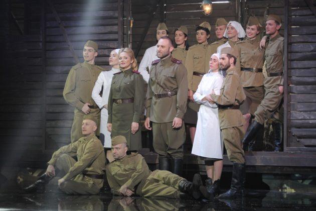 Наталия Бучинская и Сергей Гладырь на сцене с людьми в военной форме