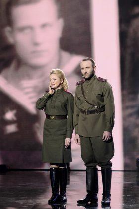 Наталия Бучинская и Сергей Гладырь в военной форме на сцене