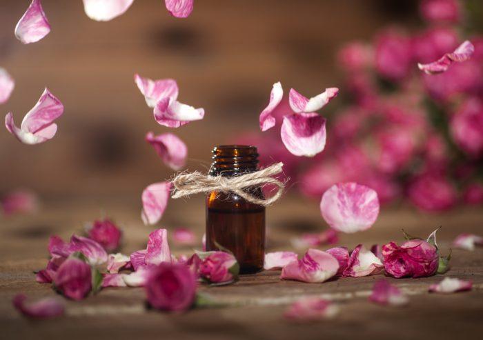 Бутылочка масла в лепестках роз