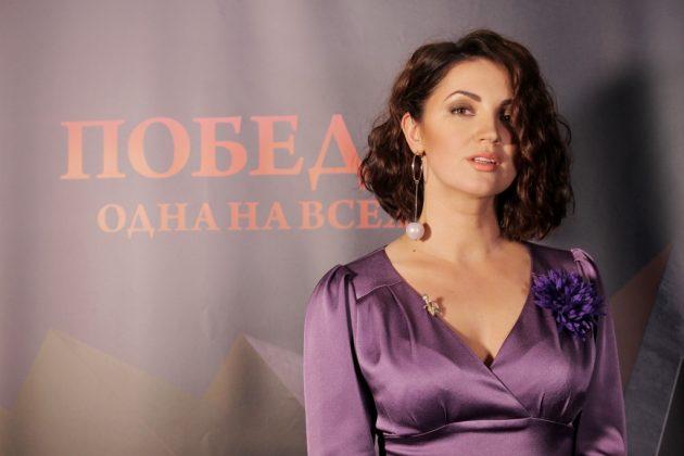 Ольга Цыбульская в фиолетовом платье