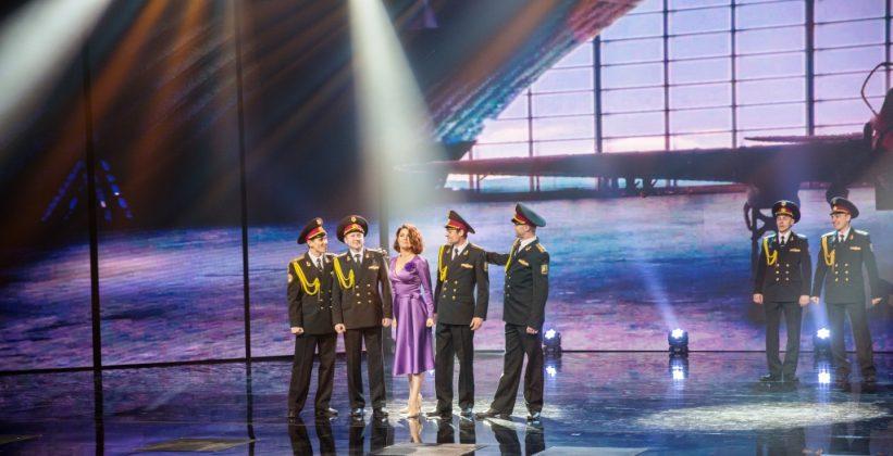 Ольга Цыбульская на сцене с военными