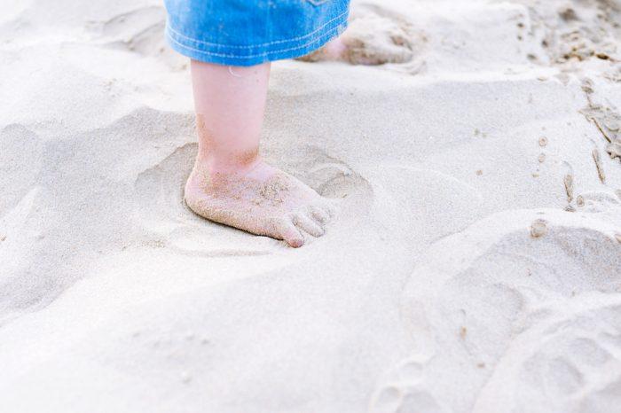 Детские ножки в песке