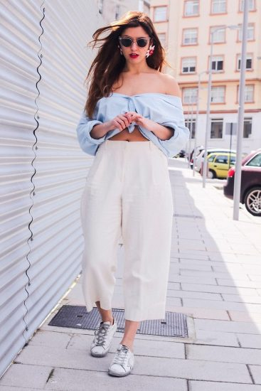 Девушка в белых широких брюках