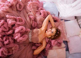 Девушка лежит в розовом бальном платье