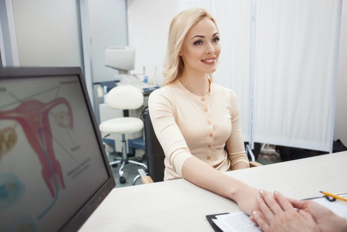 Девушка с светлой кофте на приеме у гинеколога