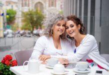 Девушка обняла маму в кафе