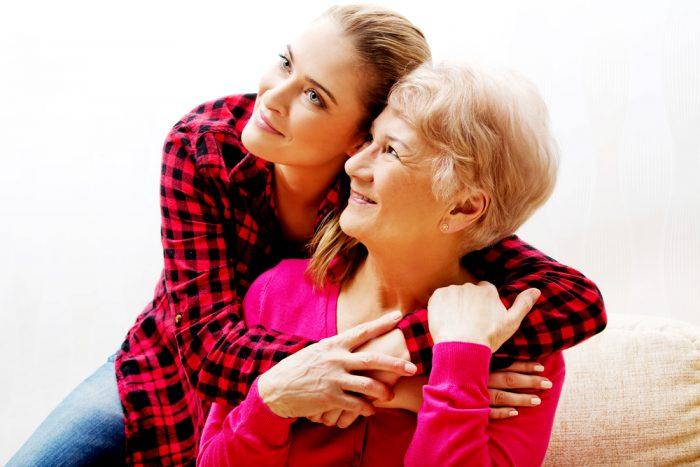 Девушка обняла маму в розой кофте