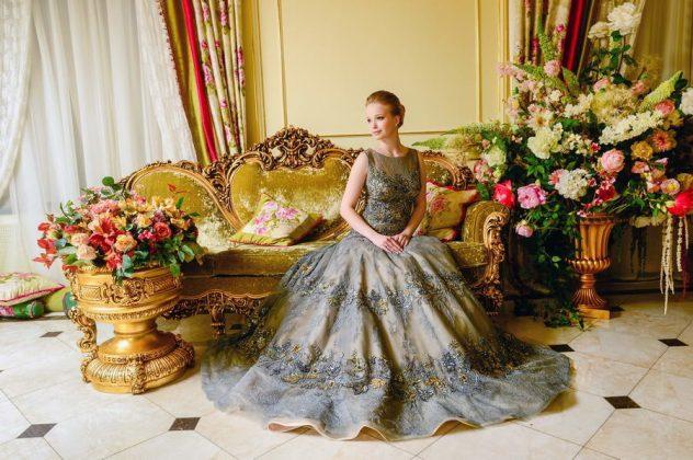 Девушка сидит в бальном платье