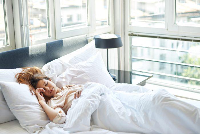 Девушка спит в постеле