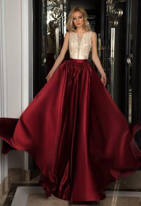 Девушка в бальном платье с красной юбкой