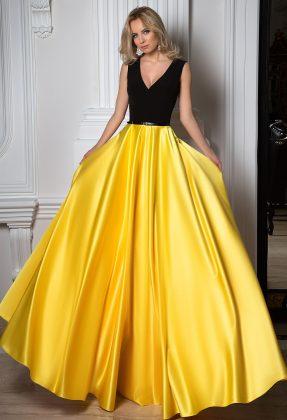Девушка в бальном платье с желтой юбкой