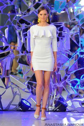 Девушка в белом приталеном коктейльном платье