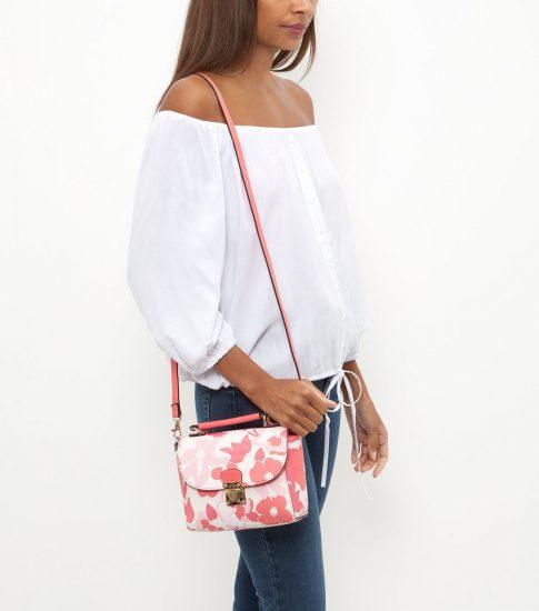 Девушка в белой рубашке с сумочка на длинном ремешке