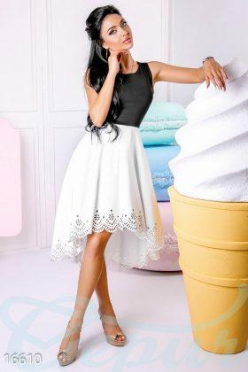 Девушка в черно-белом коктейльном платье