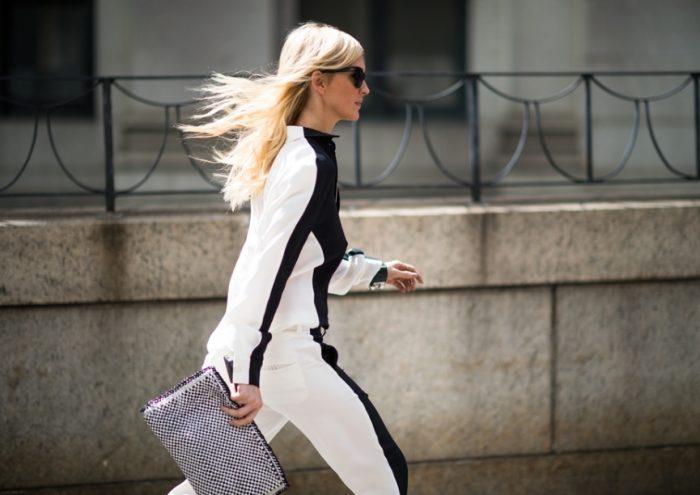Девушка в черно-белом костюме
