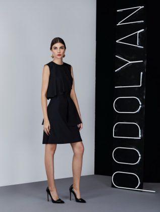 Девушка в деловом черном платье