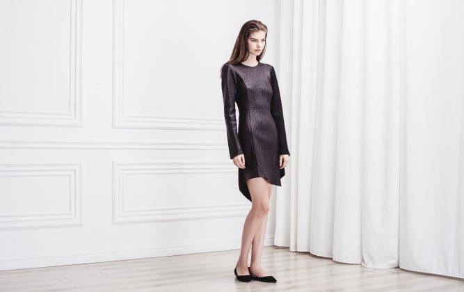 Девушка в черном платье с рукавами