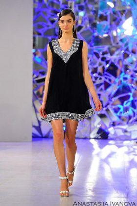 Девушка в черном платье с белым низом