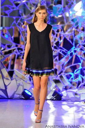 Девушка в черном платье с полосатым низом