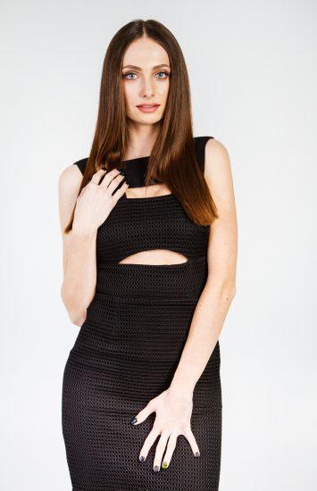 Девушка в черном платье Снежаны Задорожней