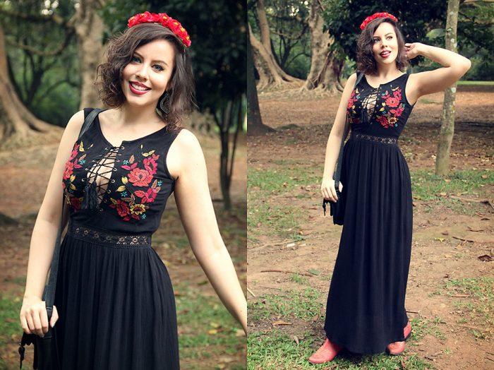 Девушка в черном сарафане, с венком из красных цветов на голове