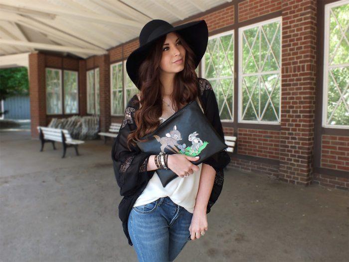 Девушка в черной кофте и в шляпе