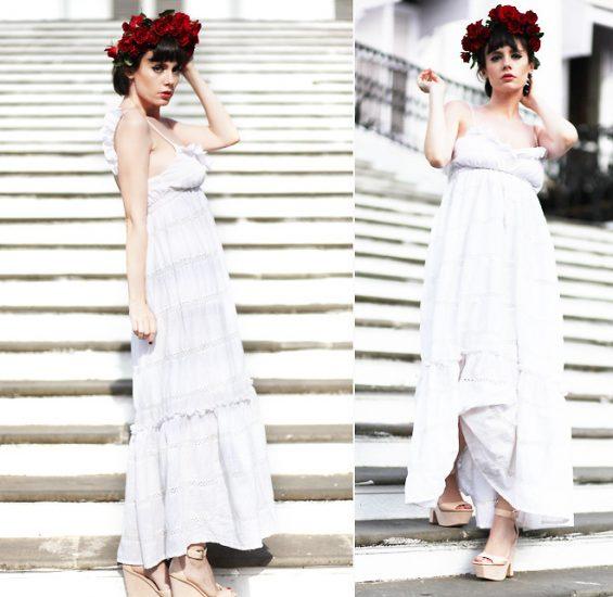 Девушка в белом платье с красными розами на голове