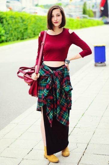 Девушка в длинной юбке и красной кофте