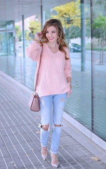 Девушка в джинсах и розовом свитере