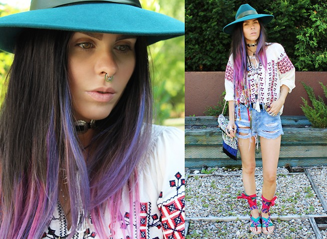 Девушка с джинсовых шортах, шляпе и в вышиванке
