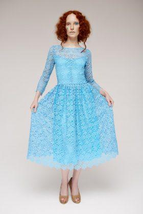 Девушка в голубом коктейльном платье