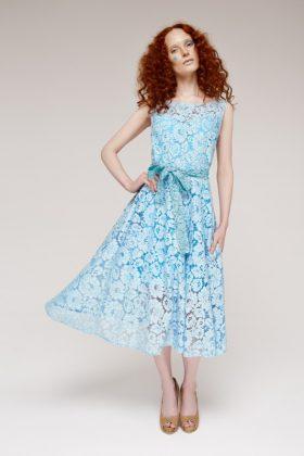 Девушка в голубом коктейльном платье из гипюра