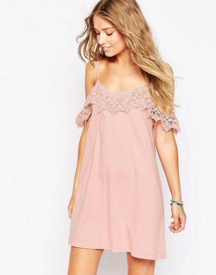 Девушка в коротком розовом сарафане