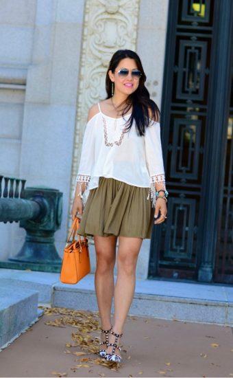 Девушка в короткой юбке и белой кофте