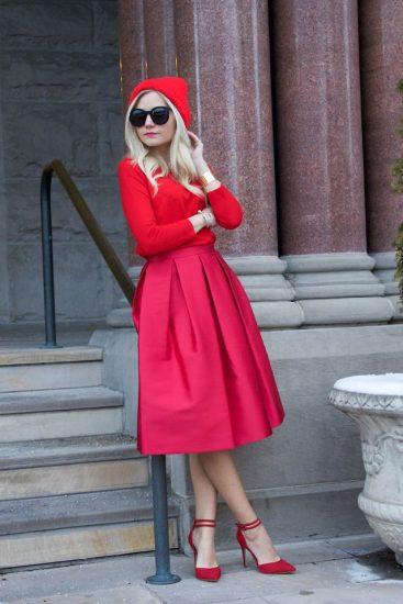 Девушка в красной кофте,шапке и юбке миди